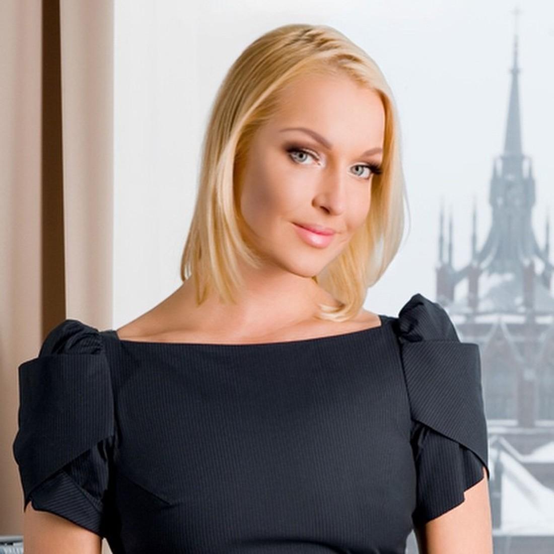 Не нарушая традиций: Анастасия Волочкова в своем фирменном шпагате