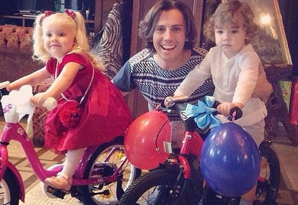 Своих ли детей воспитывает Максим Галкин?