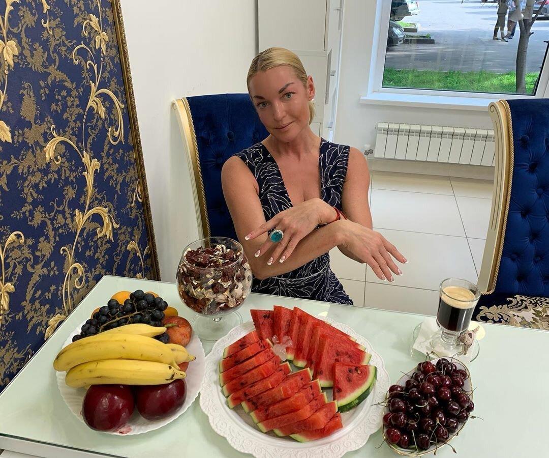 Чем питаются российские знаменитости, чтобы поддерживать фигуру в прекрасной форме? Заглянем в холодильники известных людей