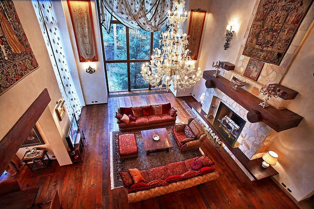 Как выглядит роскошный особняк на Рублево-Успенском шоссе певицы Алсу и ее мужа