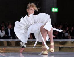 Видео самых курьезных падений моделей на подиуме